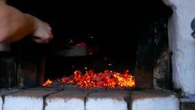 Nehmen von Kohlen im russischen Ofen stock video