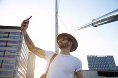 Nehmen von selfie bei Sonnenuntergang Lizenzfreie Stockfotos