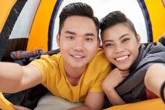 Nehmen von Selfie im Zelt stockbilder