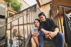 Nehmen von Selfie mit Freund lizenzfreies stockbild