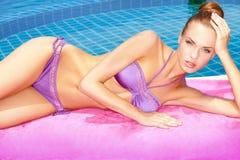 Nehmen von sunbath im Bikini stockbilder