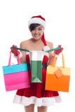 Nehmeneinkaufstaschen der jungen Frau mit glücklichem Lächelngesicht lokalisierten ov Stockbild