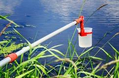 Nehmenproben des Wassers für Laborversuche Das Konzept - Analyse der Wasserreinheit, Umwelt, Ökologie stockbilder