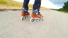 Nei pattini di rullo ad estate il settimo luglio, aeroporto di Hradcany, repubblica Ceca In linea pattinando sulla strada video d archivio