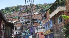 Neigborhood pauvre de vue de rue Amérique latine avec des maisons d'adobe banque de vidéos