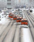 Neige-élimination des machines sur les routes urbaines Photographie stock