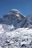 neige allante d'alpiniste de montagne de l'Himalaya vers Images stock