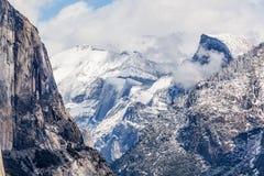 Neige au-dessus de Yosemite - demi dôme Image libre de droits