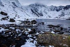 Neige autour d'Ogwen et de Llyn Idwal et la cuisine Snowdon de diables Photo libre de droits