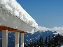 Neige blanche sur le toit avec des montagnes de neige de fond et des arbres, Gulmare, Kashmir, Inde Photographie stock