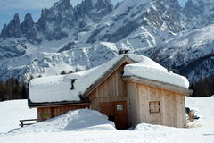 neige couverte de maison Photographie stock libre de droits