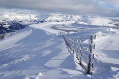 neige couverte de montagne d'horizontal Photographie stock libre de droits