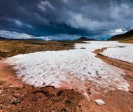 Neige d'été dans le volcan de Krafla Image stock