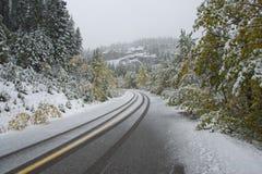 Neige d'automne sur la route de montagne images stock