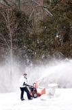 Neige d'effacement avec une souffleuse de neige Image libre de droits
