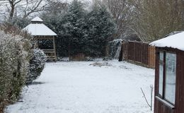 Neige dans le jardin image stock