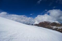 Neige dans les montagnes altai Photos stock