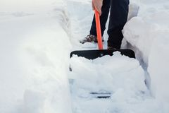 Neige de dégagement d'homme par la pelle après des chutes de neige outdoors images stock