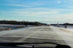 Neige de dérive traversant une route dans Alberta du nord Photo libre de droits