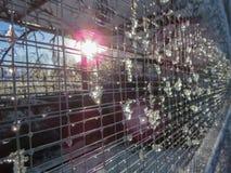 Neige de fonte sur le maillage de soudure Effets de la lumière de fusée de Sun photo stock
