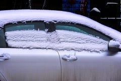 Neige de fonte sur le toit et les fenêtres de la voiture photo libre de droits