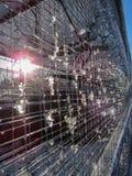 Neige de fonte sur le weldmesh Effets de la lumière de fusée de Sun vertical photographie stock