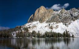 Neige de l'hiver de lac de montagne de l'Idaho image stock