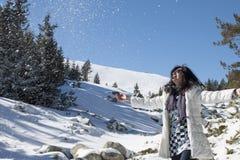 Neige de lancement de femme dans le ciel en quelques vacances d'hiver Photos stock