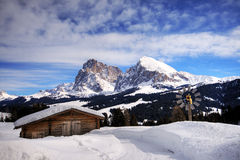 neige de montagne d'horizontal de chalet Photographie stock libre de droits