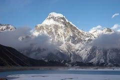 neige de montagne de lac de l'Himalaya de soirée Images stock