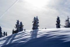 Neige de montagne et voie d'avion Photographie stock libre de droits