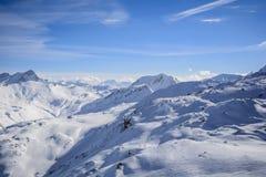 Neige de montagne de soleil de nuages de ciel bleu photos stock