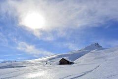 Neige de montagne de soleil de nuages de ciel bleu photographie stock libre de droits