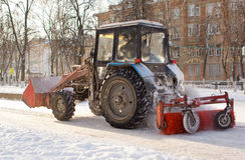 Neige de nettoyage de tracteur Images libres de droits
