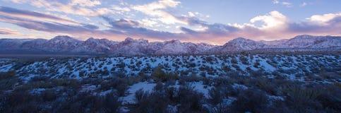 Neige de panorama sur le coucher du soleil rouge de parc national de canyon de roche images stock