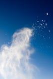 Neige de poudre lancée au-dessus du ciel Photo stock