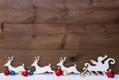 Neige de Santa Claus Sled With Reindeers On, l'espace de copie Photographie stock libre de droits