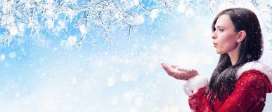 Neige de soufflement de femme de l'hiver Photographie stock