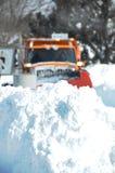 Neige de tempête de neige avec le camion de charrue photos libres de droits