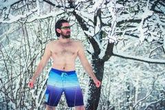 Neige de voracité d'homme nu barbu du nord affamé image libre de droits