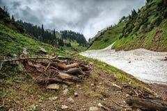 Neige des avalanches en gorge photo libre de droits