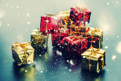 Neige dessinée par boîtes d'or rouges de carte de Noël Image libre de droits