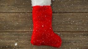 Neige en baisse avec la décoration de bas de Noël banque de vidéos