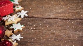 Neige en baisse avec la décoration de biscuits de Noël clips vidéos