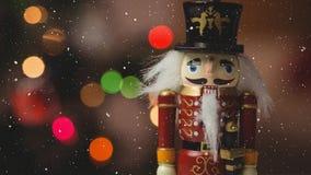 Neige en baisse avec la décoration de Noël de casse-noix banque de vidéos