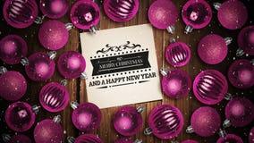 Neige en baisse et texte de Joyeux Noël sur la note avec des babioles de décoration banque de vidéos