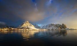 neige en Reine Village, îles de Lofoten Images libres de droits