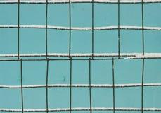 Neige et barrière bleue images stock