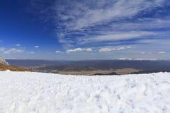 Neige et ciel bleu à la montagne Shan de neige de Shika de vallée de lune bleue Images libres de droits