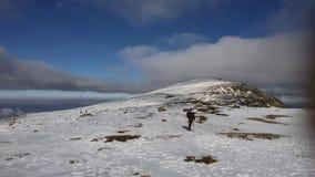 Neige et ciel bleu avec les nuages et le bâton Images libres de droits